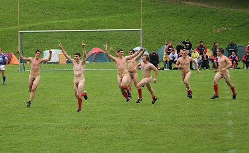 pic1_naked_rugby_team_naked_run_across_pitch_001