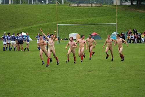 pic1_naked_rugby_team_naked_run_across_pitch_002