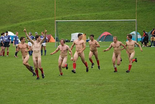 pic1_naked_rugby_team_naked_run_across_pitch_003
