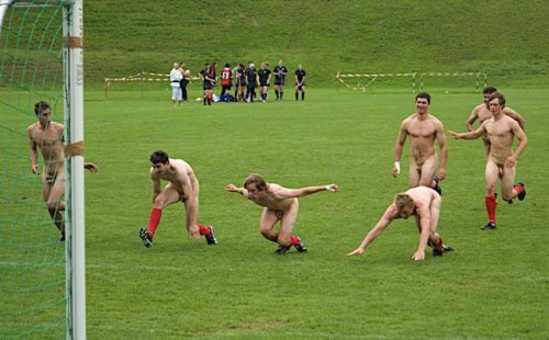 pic1_naked_rugby_team_naked_run_across_pitch_007
