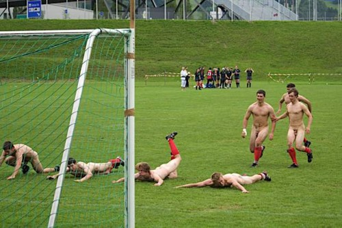 pic1_naked_rugby_team_naked_run_across_pitch_010