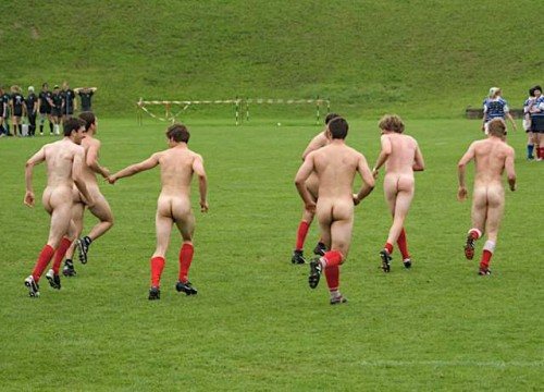 pic1_naked_rugby_team_naked_run_across_pitch_011